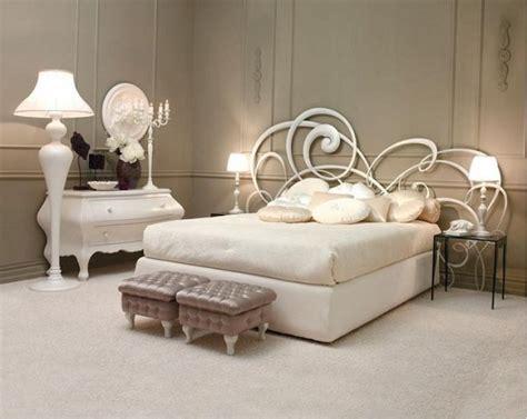 Betthaupt Leder by роскошный интерьер спальни с кованой кроватью практично