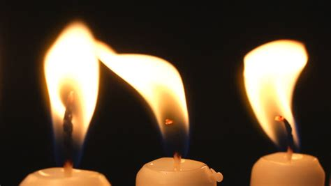 candele on line moving candle light a rotating line of burning candles