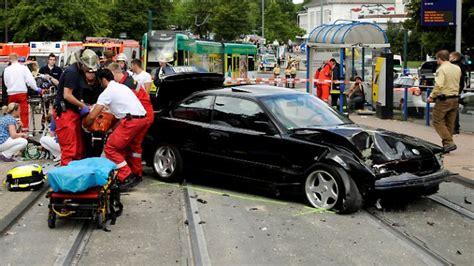 Berlin Auto Rast In Haltestelle by Schweres Ungl 252 Ck In Essen Auto Rast In Haltestelle N Tv De