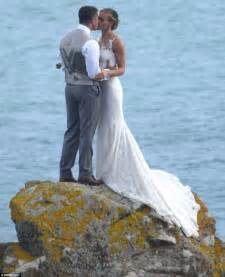 steve backshall passionately kisses his beautiful new bride olympian helen glover daily mail