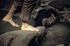 132525195x pieds nus dans la montagne fille marchant sur la roche par le courant de l eau image