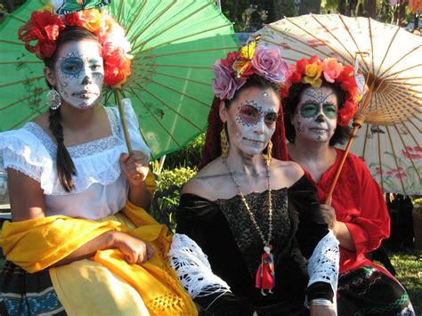 Dia de los muertos celebrants do what they can to keep the third death