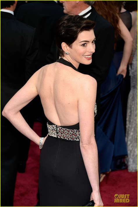 A Closer Look At The Oscars Hathaway by Hathaway Quot Look Quot Alfombra Roja De Los Oscares 2014