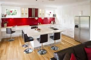 marvelous Quelle Couleur Se Marie Avec Le Rouge #4: armoires-cuisine-blanches-cr%C3%A9dence-verre-rouge.jpg