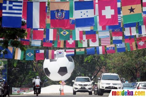 negara peserta piala dunia 2014 foto pernak pernik piala dunia hiasi sudut ibu kota