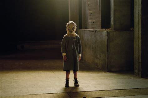 orphan age film gimme more bananas el orfanato