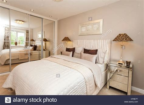 decorar espejo blanco interior dormitorio blanco beige crema colores