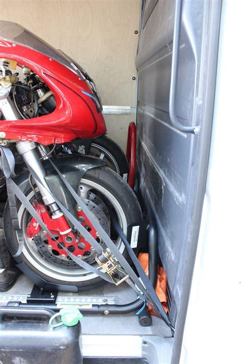 Motorradtransport Verzurren by Motorradtransport Im Transporter So Gehts Motorradblogger