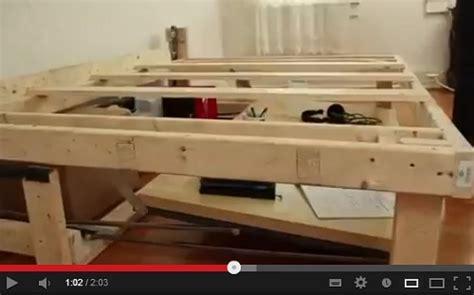 poggia pc da letto come costruire da soli un letto che si trasforma in scrivania