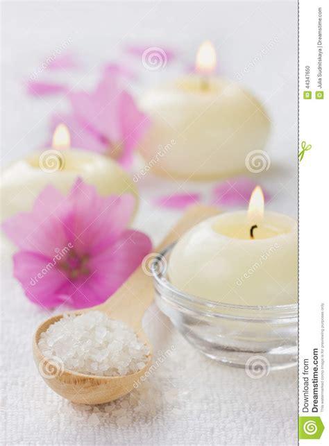 composizione di candele composizione nella stazione termale con il bagno sale