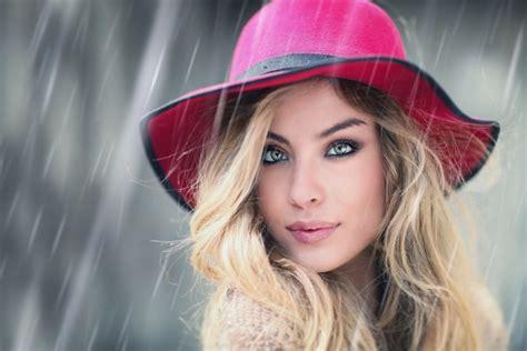 imagenes que hermosa mujer mujer hermosa con un sombrero de color rosa bajo la lluvia