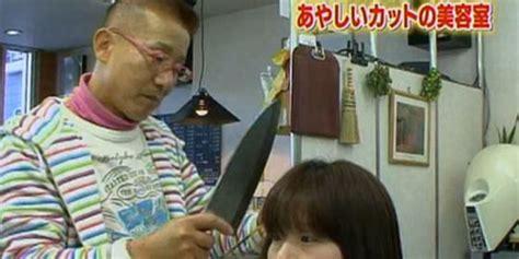 tukang cukur ini menggunakan pisau daging untuk memangkas