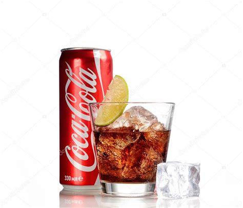 bicchieri coca cola can e bicchiere di coca cola con ghiaccio su priorit 224