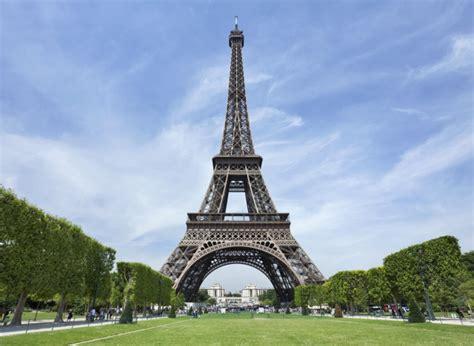 tour pic photos la tour eiffel se met au vert avec deux 233 oliennes