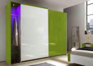 kleiderstange mit led beleuchtung schwebet 252 renschrank hochglanz wei 223 gr 252 n 2 t 252 ren mit