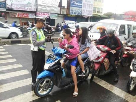 Helm Anak Jalanan Cewek Abg Gak Pake Helm Berhenti Di Zebra Cross Pasti
