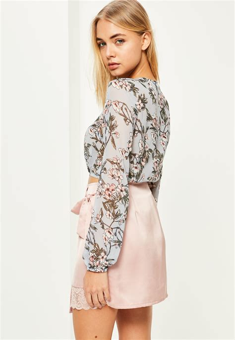 Jeslyn Floral Blouse In Blue lyst missguided blue tie front floral printed crop blouse in blue