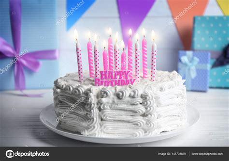 candele per torte di compleanno torta di compleanno con candele foto stock 169 belchonock