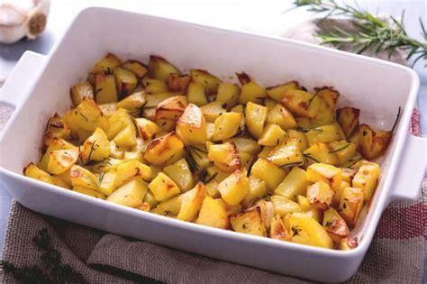 ricette per cucinare le patate ricetta patate al forno la ricetta di giallozafferano