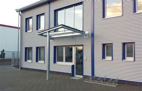 stahlhalle mit wohnung zweigeschossiges b 252 rogeb 228 ude mit pultdach stahlhalle