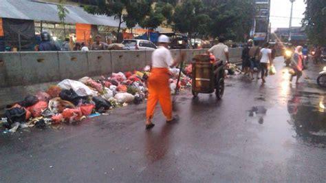 petugas kelelahan bersihkan jalan raya pasar minggu setiap
