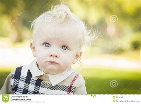 wann baby zähne bekommen b 233 b 233 gar 231 on blond adorable dehors au parc photos stock