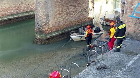 capitaneria di porto cattolica recuperata imbarcazione semi affondata nel porto di cattolica