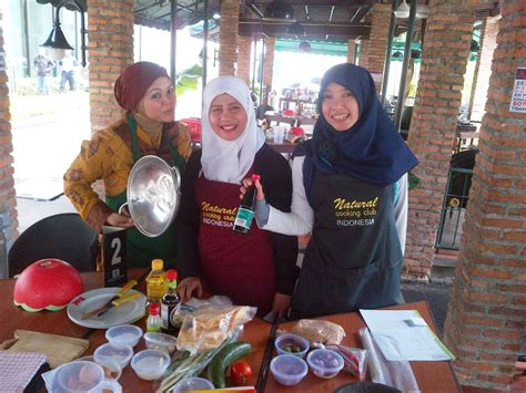 Pemanggang Sate Tradisional cooking club pmbs immersion program students