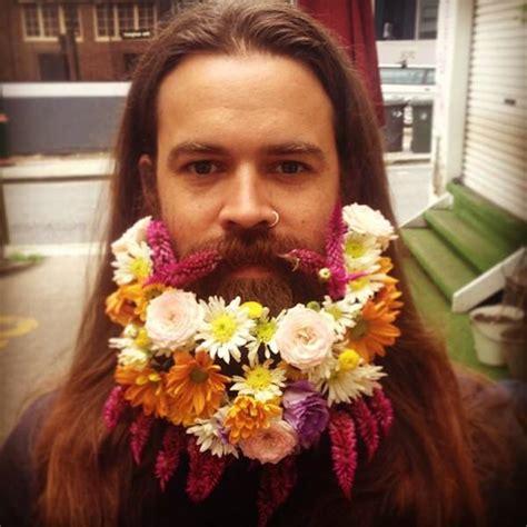 fiori per uomini uomini con i fiori nella barba la nuova tendenza