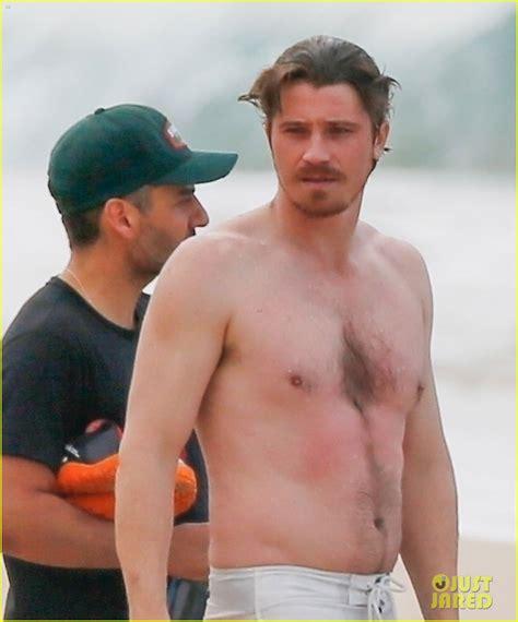 charlie hunnam beach charlie hunnam garrett hedlund go shirtless while