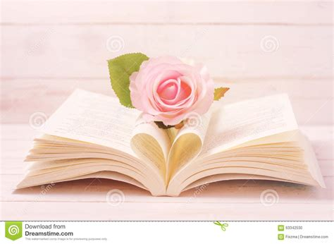 en pastel et livre ouvert avec la forme de coeur dans