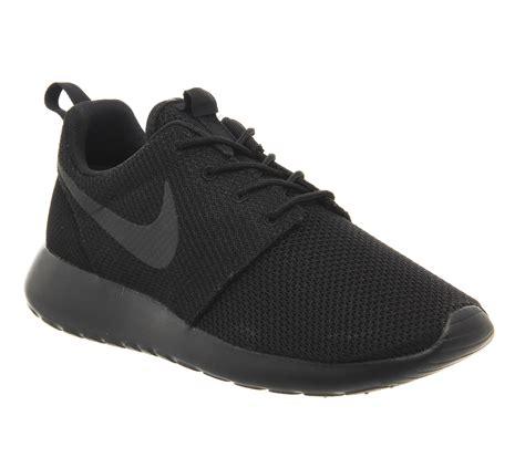Nike Rhose Run nike roshe run trainers black mono unisex sports
