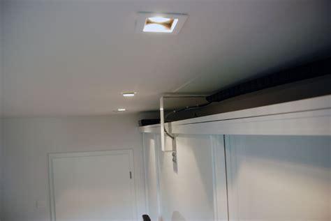 hochglanz küche moderne wohnzimmerdecke mit holz