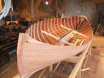 overnaadse roeiboot zelf gemaakt van hout