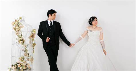 design foto prewedding referensi pose foto prewedding indoor dengan gaun slayer