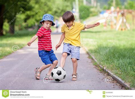 dos ni 241 os jugando futbol imagui dos ni 241 os lindos jugando al f 250 tbol junto verano foto de