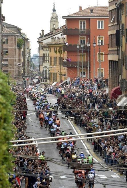 d italia parma giro d italia 2017 il gruppo attraversa il cuore di parma