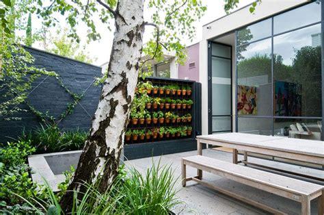 patio interior sinonimo patio moderno con huerta vertical