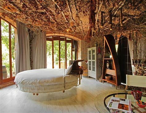 chambre d hotel originale lit rond au cœur d une chambre au design original