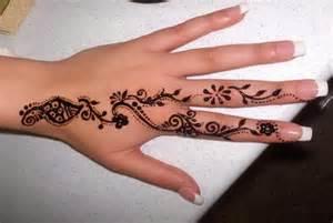 tattoo henna auf finger und hand tattoo vorlagen bilder