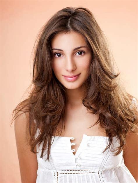 muka lonjong rambut bergelombang cocok sebagai model rambut untuk wajah