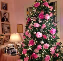 People are decorating their christmas trees with flowers and the