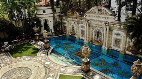 Versace Mansion Finally Sold For 41 5 Million Extravaganzi Versace House Miami