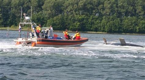 zeilboot omslaan zeilboot omgeslagen bij wolphaartsdijk hvzeeland