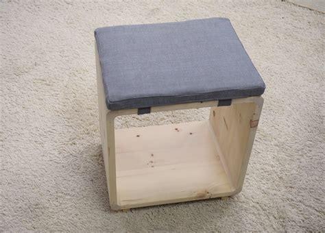 comodino cubo legno di cirmolo comodino o sgabello a forma di cubo