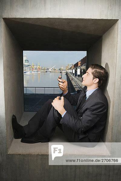 fensterbrett englisch seitenansicht eines kaufmanns auf dem fensterbrett sitzen