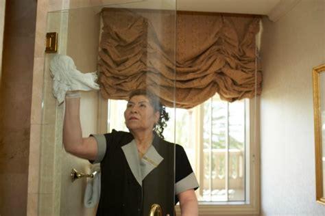 pulire vetro doccia dal calcare come pulire i vetri della doccia come fare tutto