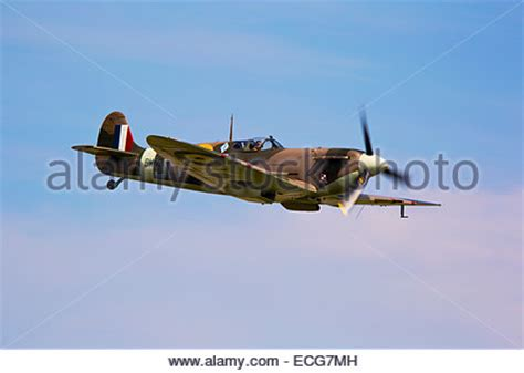 Vb Vicker vickers supermarine spitfire mk vb j hc bm597 g mkvb parked on apron stock photo 76574636 alamy