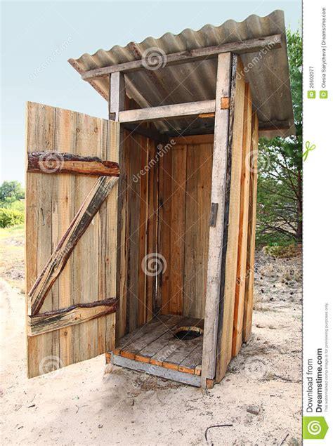 het houten buitentoilet van tradtional stock afbeelding