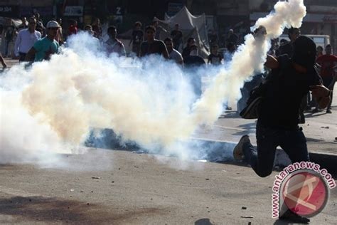 Masker Gas Air Mata polisi menembakkan gas air mata ke kerumunan massa kepung ylbhi lbh